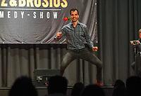 Gross-Gerau 19.09.2020: Comedy Abend in der Stadthalle<br /> Luca Brosius demonstriert Tanzstile in den Clubs<br /> Foto: Vollformat/Marc Schüler, Schäfergasse 5, 65428 R'heim, Fon 0151/11654988, Bankverbindung KSKGG BLZ. 50852553 , KTO. 16003352. Alle Honorare zzgl. 7% MwSt.