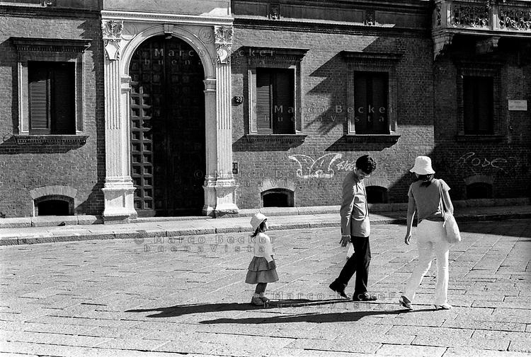 milano, piazza sant'ambrogio. una famiglia di turisti giapponesi --- milan, st ambrogio square. a japanese tourist family