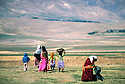 Iran 1979.In Ziweh, Kurdish refugees going to the river  Iran 1979 Femmes du camp de Ziwa allant laver le linge au bord de l'eau