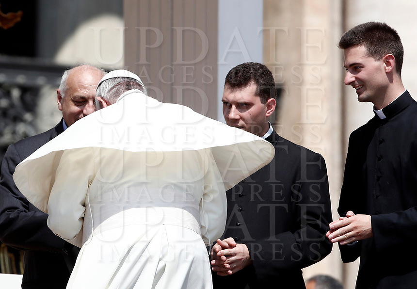 Un soffio di vento solleva la mantellina di Papa Francesco  al termine dell'udienza generale del mercoledi' in Piazza San Pietro, Citta' del Vaticano, 14 giugno, 2017.<br /> A gust of wind blows Pope Francis' mantle at the end of his weekly general audience in St. Peter's Square at the Vatican, on June 14, 2017.<br /> UPDATE IMAGES PRESS/Isabella Bonotto<br /> STRICTLY ONLY FOR EDITORIAL USE