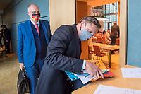 """Konstituierung des 3. Untersuchungsausschusses der 19. Wahlperiode (""""Wirecard"""") am <br /> Donnerstag den 8. Oktober 2020.<br /> Nach dem Zusammenbruch des Finanzunternehmens Wirecard hatten die Mitglieder des Deutschen Bundestag die Einsetzung des Wirecard-Untersuchungsausschuss beschlossen. Bundestagspraesident Wolfgang Schaeuble eroeffnete die konstituierende Sitzung.<br /> Im Bild: Kay Gottschalk, Abgeordneter der rechtsnationalistischen Partei """"Alternative fuer Deutschland"""" (rechts) vor Beginn der Ausschusssitzung. Gottschalk wurde mit 4 Gegenstimmen von den Ausschussmitgliedern zum Vorsitzenden gewaehlt. Hinter ihm sein Parteikamerad Joern Koenig.<br /> 8.10.2020, Berlin<br /> Copyright: Christian-Ditsch.de"""