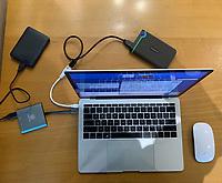 MacBook Pro, hard drive and card reader, Laptop , mouse.<br /> <br /> MacBook Pro, disco duro y lector de  tarjeta,  Computadora portátil. cause. raton