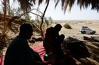 EGYPT, Farafra, Nationalpark White Desert , shaped by wind and sand erosion, picnic spot in small oasis / AEGYPTEN, Farafra, Nationalpark Weisse Wueste, durch Wind und Sand geformte Landschaft, Picknick in kleiner Oase