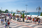 Italy, Veneto, Lake Garda, Lazise: small harbour at East Bank of Lake Garda, market stalls at lakeside promenade Lungolago Marconi | Italien, Venetien, Gardasee, Lazise: kleiner Hafen am Ostufer des Gardasees, Marktstaende auf der Seepromenade Lungolago Marconi