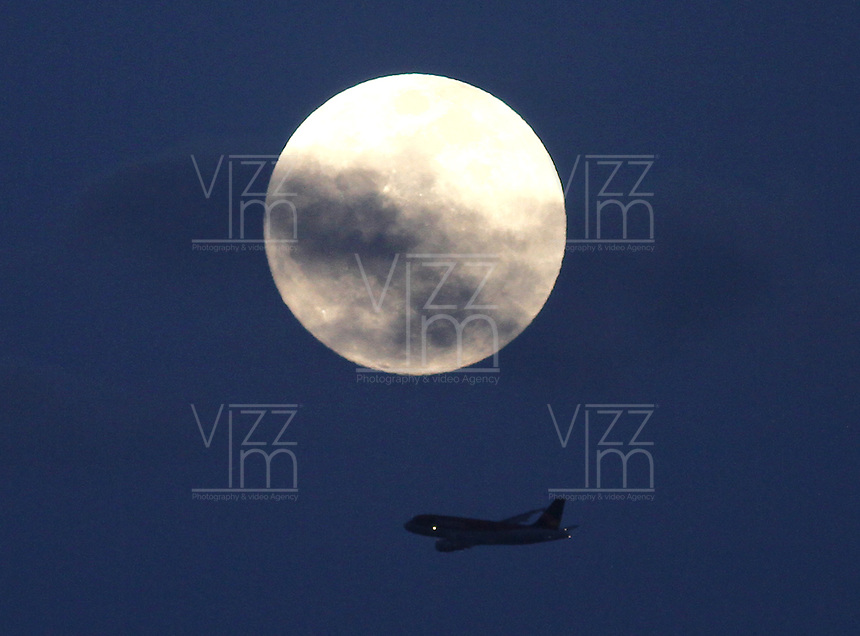 BOGOTA -COLOMBIA- 16-11-2013. Un avion comercial pasa frente a la luna / A commercial plane passes in front of the moon. Photos: VizzorImage / Felipe Caicedol / Staff