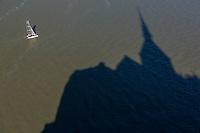 France, Manche (50), Baie du Mont-Saint-Michel, classée Patrimoine Mondial de l'UNESCO, le Mont-Saint-Michel, ombre portée de l'abbaye sur l'estran  // France, Manche, Bay of Mont Saint Michel, listed as World Heritage by UNESCO, Mont Saint Michel, shadow of the Abbey on the foreshore