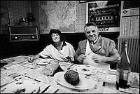 Europe/France/Alsace/67/Bas-Rhin/Strasbourg: Mr et Mme Kieffer charcutiers à l'heure du repas dans l'arrière boutique