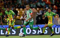 MEDELLÍN - COLOMBIA - 28 - 03 - 2018: Macnelly Torres (Der.) jugador de Atlético Nacional disputa el balón con Carlos Ramirez (Izq.), jugador de Atletico Huila, durante partido de la fecha 11 entre Atletico Nacional y Atletico Huila, por la Liga Águila I 2018, jugado en el estadio Atanasio Girardot de la ciudad de Medellín. / Macnelly Torres (R) player of Atletico Nacional vies for the ball with Carlos Ramirez (L), player of Atletico Huila, during a match of the 11th date between Atletico Nacional and Atletico Huila for the Aguila League I 2018, played at Atanasio Girardot stadium in Medellin city. Photo: VizzorImage / León Monsalve / Cont.