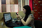Protagonistin Nadja bei ihrer Arbeit in einem Baustoffvertrieb / 23 Jahre alt, wohnt in Moskau, HIV-infiziert, ausgebildete Sozialpädagogin, arbeitet einerseits im Baustoffhandel und ehrenamtlich in einer HIV-Beratungsstelle