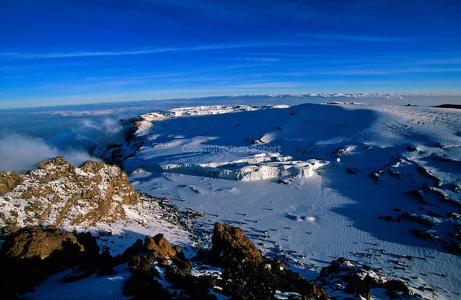 Du sommet du Kilimandjaro, vue imprenable sur le glacier de Furtwangler et du Nord. En contrebas, un campement d alpinistes..