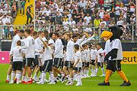 Spieler begrüßen die Fans - 05.06.2019: Öffentliches Training der Deutschen Nationalmannschaft DFB hautnah in Aachen