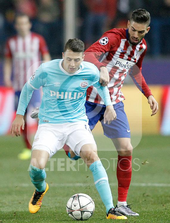 Atletico de Madrid's Yannick Carrasco (r) and PSV Eindhoven's Santiago Arias during UEFA Champions League match. March 15,2016. (ALTERPHOTOS/Acero)