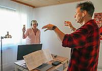 Mörfelden-Walldorf 28.05.2020: Videodreh Chor Xang<br /> Chorleiter Ralf Baitinger und Sopranistin Daniela Jörges nehmen die Pilotspur für die weiteren Sänger des Chors auf<br /> Foto: Vollformat/Marc Schüler, Schäfergasse 5, 65428 R'heim, Fon 0151/11654988, Bankverbindung KSKGG BLZ. 50852553 , KTO. 16003352. Alle Honorare zzgl. 7% MwSt.