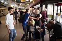 Fluechtlinspaten Syrien e.V. in Berlin.<br /> Empfang der Mutter und Brueder von Majd am Flughafen Tegel.<br /> Im Bild: Der 21jaehrige Majd aus Syrien (Mitte mit beigem Hemd) hat gluecklich mit seiner geretteten Mutter und den Bruedern.<br /> Links: Der Cousin von Majd.<br /> 17.6.2015, Berlin<br /> Copyright: Christian-Ditsch.de<br /> [Inhaltsveraendernde Manipulation des Fotos nur nach ausdruecklicher Genehmigung des Fotografen. Vereinbarungen ueber Abtretung von Persoenlichkeitsrechten/Model Release der abgebildeten Person/Personen liegen nicht vor. NO MODEL RELEASE! Nur fuer Redaktionelle Zwecke. Don't publish without copyright Christian-Ditsch.de, Veroeffentlichung nur mit Fotografennennung, sowie gegen Honorar, MwSt. und Beleg. Konto: I N G - D i B a, IBAN DE58500105175400192269, BIC INGDDEFFXXX, Kontakt: post@christian-ditsch.de<br /> Bei der Bearbeitung der Dateiinformationen darf die Urheberkennzeichnung in den EXIF- und  IPTC-Daten nicht entfernt werden, diese sind in digitalen Medien nach §95c UrhG rechtlich geschuetzt. Der Urhebervermerk wird gemaess §13 UrhG verlangt.]