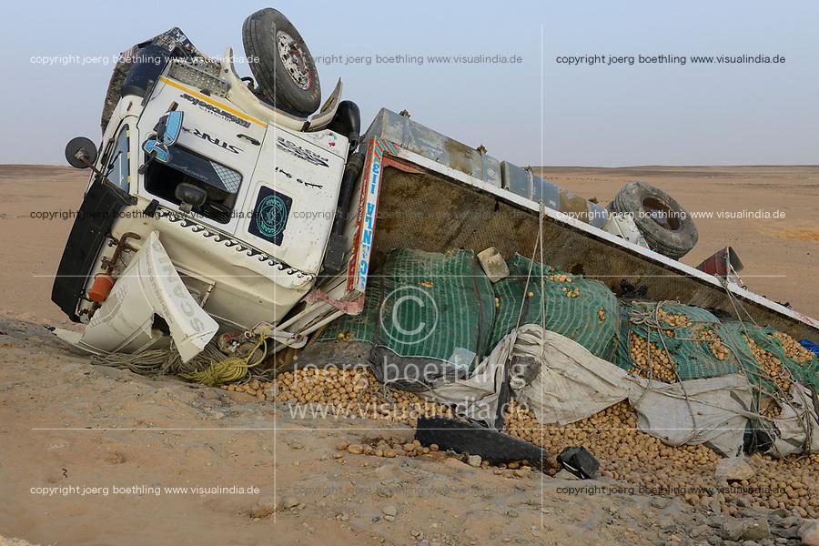 EGYPT, Farafra, western desert, truck transport potatos from desert farms, road accident / AEGYPTEN, Farafra, LKW transportiert Kartoffeln aus Wuestenfarmen nach Kairo, Unfall