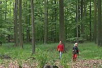 Kinder, Junge und Mädchen im Wald