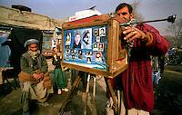 Kabul / Afghanistan.<br /> Un fotografo di strada effettua ritratti agli abitanti della capitale afgana con rudimentali attrezzature.<br /> Foto Livio Senigalliesi.<br /> Kabul / Afghanistan.<br /> Everyday life in Kabul.Local photographer working with his hand-made wooden camera.<br /> Photo Livio Senigalliesi