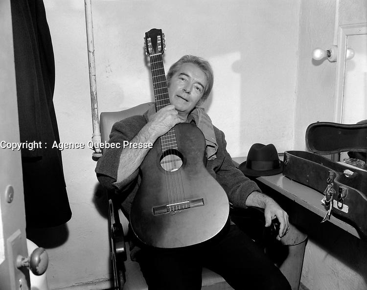Felix Leclerc<br /> dans sa loge, le  2 décembre 1967<br /> <br /> PHOTO :  Agence Quebec Presse -  Photo Moderne