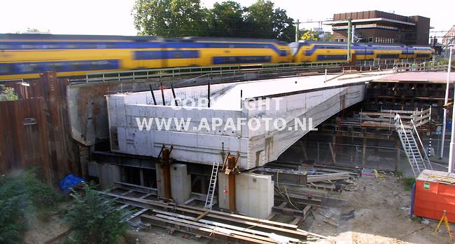 """arnhem 101001 viadukt zypsepoort<br />de plaatsing van het nieuwe spoorwegviadukt 'de zypse poort"""" in arnhem is 2 maanden uitgesteld.<br />foto: het betonnenviaduktelement  op de voorgrond komt op de plaats van het oude erachter gelegen viadukt.<br />foto frans ypma APA-foto"""