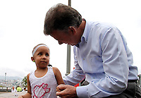 COLOMBIA-23-04-2013. El Presidente Juan Manuel Santos durante su visita al Ecoparque Los Yarumos en Manizales, saluda a la niña Wendy quien llegó desde Purificación Tolima para verlo. Es una niña con  cáncer terminal .  ( Photo / VizzorImage / Yonboni / Str)MANIZALES-COLOMBIA-23-04-2013. President Juan Manuel Santos during his visit to Ecoparque The Yarumos in Manizales, loading the girl who came from Purificai?n Wendy Tolima to see it. It's a girl with cancer ends. ( Photo / VizzorImage / Yonboni / Str).