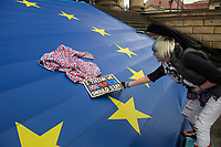 """Hunderte Menschen kamen am Samstag den 27. Januar 2019 in Berlin zu einer Kundgebung des ueberparteilichen Zusammenschluss """"Pulse of Europe"""" um fuer ein vereintes und friedliches Europa, ohne Fremdenhass und Ausgrenzung von Minderheiten zu demonstrieren. """"Wir wollen ein Zeichen setzen! Ein Zeichen, dass sich viele Menschen aktiv für den Erhalt eines demokratischen und rechtsstaatlichen, vereinten Europas einsetzen"""", so die Veranstalter, die sich auch ganz deutlich gegen einen Brexit aussprachen.<br /> Als Redner sprachen u.a. Margrethe Vestager, EU-Wettbewerbs-Kommissarin aus Daenemark und Guy Verhofstadt, Chefunterhaendler im EU-Parlament fuer den Brexit.<br /> Zu Beginn sprach die Publizistin Lea Rosh anlaesslich des Jahrestags der Befreiung des Konzentrationslager Auschwitz am 27. Januar 1945.<br /> In vielen Staedten Europas finden einmal pro Monat am Sonntag Veranstaltungen von Pulse of Europe statt.<br /> 27.1.2019, Berlin<br /> Copyright: Christian-Ditsch.de<br /> [Inhaltsveraendernde Manipulation des Fotos nur nach ausdruecklicher Genehmigung des Fotografen. Vereinbarungen ueber Abtretung von Persoenlichkeitsrechten/Model Release der abgebildeten Person/Personen liegen nicht vor. NO MODEL RELEASE! Nur fuer Redaktionelle Zwecke. Don't publish without copyright Christian-Ditsch.de, Veroeffentlichung nur mit Fotografennennung, sowie gegen Honorar, MwSt. und Beleg. Konto: I N G - D i B a, IBAN DE58500105175400192269, BIC INGDDEFFXXX, Kontakt: post@christian-ditsch.de<br /> Bei der Bearbeitung der Dateiinformationen darf die Urheberkennzeichnung in den EXIF- und  IPTC-Daten nicht entfernt werden, diese sind in digitalen Medien nach §95c UrhG rechtlich geschuetzt. Der Urhebervermerk wird gemaess §13 UrhG verlangt.]"""
