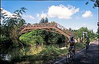 Giussago (Pavia), ciclisti sulla pista ciclabile lungo il Naviglio Pavese, presso un vecchio ponte in ferro --- Giussago (Pavia), cyclists on the bicycle path along the Naviglio Pavese canal, by an old iron bridge