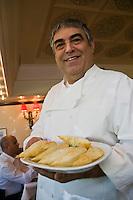 Europe/Turquie/Istanbul :  Service des beignets au fromage  au restaurant  Hunkar qui pratique une cuisine turque de famille, Quartier Orkatoy- le chef Mr Feridun