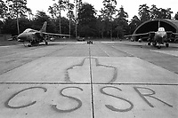 - Baden Solingen air base,Tornado British strike aircrafts and mocking writing against Soviet Union  (June 1988)....- base aerea di Baden Solingen, aerei da attacco inglesi Tornado e scritta irridente contro l'Unione Sovietica (giugno 1988)