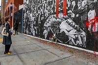 """NOVA YORK, EUA, 29.10.2018 - ARTE-NOVA YORK - Novo mural é inagurado na Houston Bowery em Nova York, chamado de """"As crônicas de armas: uma história da América"""" para conscientizar sobre as armas na America e também para homenagear as 11 pessoas foram mortas na sinagoga Tree of Life, em Pittsburgh, por um sujeito com um fuzil de assalto AR15. (Foto: Vanessa Carvalho/Brazil Photo Press)"""
