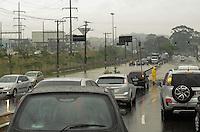 ATENCAO EDITOR: FOTO EMBARGADA PARA VEICULOS INTERNACIONAIS. SAO PAULO, SP, 12 DE NOVEMBRO DE 2012 - Transito parado na AVnevida Almeirante Delamare, que liga Sao Paulo a Sao Caetano do Sul no ABC, devido a um ponto de alagamento que interditou quase totalemnte os dois sentidos da via, na manha desta segunda feira, 12.  FOTO: ALEXANDRE MOREIRA - BRAZIL PHOTO PRESS.