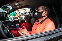 BOGOTA - COLOMBIA, 30-08-2020: En Bogotá, Colombia, se celebra la eucaristía dominical por medio de lo que se ha denominado la auto - misa, donde los creyentes asisten con sus vehiculos respetando el distanciamiento social y con los protocolos establecidos por el gobierno nacional de Colombia.. / In Bogota, Colombia the Sunday Eucharist is celebrated through what has been called the auto - mass, where believers attend with their vehicles respecting social distancing and with the protocols established by the national government of Colombia. Photo: VizzorImage / Johan Rugeles / Cont.