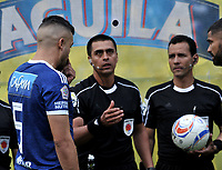 BOGOTA - COLOMBIA - 18 -  02  -  2018: Edwin Ferney Turjillo (Cent.), arbitro, antes del partido con los capitanes Andres Cadavid (Izq.) de Millonarios y Gabriel Gomez (Der.) de Atletico Bucaramanga, durante partido de la fecha 12 entre Millonarios y Atletico Bucaramanga, por la Liga Aguila I 2018, jugado en el estadio Nemesio Camacho El Campin de la ciudad de Bogota. / Edwin Ferney Turjillo (C), referee, before the match with the captains Andres Cadavid (L) from Millonarios and Gabriel Gomez (R) from Atletico Bucaramanga, during a match of the 12th date between Millonarios and Atletico Bucaramanga, for the Liga Aguila I 2018 played at the Nemesio Camacho El Campin Stadium in Bogota city, Photo: VizzorImage / Luis Ramirez / Staff.