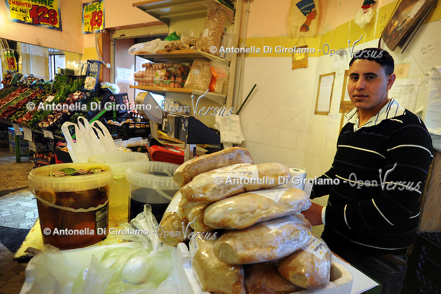 Discount di frutta e verdura gestito da immigrati egiziani. Discount of fruit and vegetables maintained by Egyptian immigrants.Gamal...