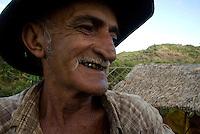 Serra Pelada.<br /> Ceará da àgua como é conhecido na região José Otacílio de Oliveira com 58 anos dos quais 29 em Serra Pelada sorri mostrando os dentes de ouro durante sessão de fotos. Ceará já bamburrou e perdeu tudo. Hoje garimpando em três áreas ainda tem esperanças.<br /> Com cerca de sete mil moradores , Serra Pelada, que chegou a ter mais de sessenta mil homens no auge do garimpo  vive hoje uma situação precária. De acordo com Salustiano Santos, diretor social da Coomigasp - Cooperativa de Mineraçãodos Garimpeiros de Serra Pelada o garimpo tem os maiores índices de tuberculose e aids do Pará.<br /> Cerca de 10 áreas se mantém com trabalho de poucos garimpeiros as próximidades de antiga cava, que hoje alagada, mantém em suas águas resíduos de mercúrio que contaminaram toda região. Uma série de conflitos jurídicos e políticos mantém fechada a exploração na área.<br /> Curionópolis, Pará, Brasil.<br /> Foto Paulo Santos/Interfoto<br /> 18/08/2009.