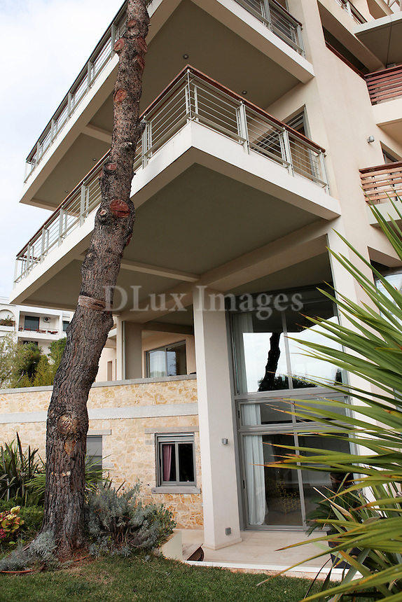 A two-storey house ?f 480 sq.m in the southern suburbs of Athens with a magnificent view of the Saronic Gulf combines elegance with simplicity, creating an impressive effect.