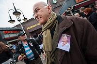 Gedenken an Burak Bektas.<br />Am zweiten Jahrestag der Ermordung von Burak Bektas demonstrierten ca. 300 Menschen in Berlin Neukoelln. Ein bislang unbekannter Taeter feuerte in Berlin-Neukoelln in den Abendstunden des 5. April 2012 fuenfmal wortlos in eine Gruppe Jugendlicher, Burak Bektas starb noch am Tatort, zwei Freunde von Burak wurden lebensgefaehrlich verletzt. Die Familie von Burak Bektas und die Demonstraten forderten nach zwei Jahren angeblich erfolgloser Ermittlungen der Berliner Polizei Aufklaerung ueber die Ermittlungsarbeit.<br />Im Bild: Ein Demonstrationsteilnehmer traegt ein  Portrait von Burak Bektas an seiner Jacke.<br />5.4.2014, Berlin<br />Copyright: Christian-Ditsch.de<br />[Inhaltsveraendernde Manipulation des Fotos nur nach ausdruecklicher Genehmigung des Fotografen. Vereinbarungen ueber Abtretung von Persoenlichkeitsrechten/Model Release der abgebildeten Person/Personen liegen nicht vor. NO MODEL RELEASE! Don't publish without copyright Christian-Ditsch.de, Veroeffentlichung nur mit Fotografennennung, sowie gegen Honorar, MwSt. und Beleg. Konto: I N G - D i B a, IBAN DE58500105175400192269, BIC INGDDEFFXXX, Kontakt: post@christian-ditsch.de]