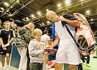 11-3-09,Rotterdam,ABNAMROWTT, Ljubicic deelt handtekeningen uit