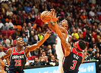 Jimmy Butler (G/F Miami Heat, #22) gegen Ian Mahinmi (C, Washington Wizards, #28), Bradley Beal (G, Washington Wizards, #3) - 22.01.2020: Miami Heat vs. Washington Wizards, American Airlines Arena