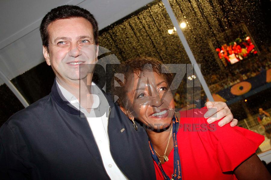 SÃO PAULO, SP, 04 DE MARÓ DE 2011 - CARNAVAL 2011 - O prefeito de São Paulo Gilberto Kassab ao lado da cantora Lecy Brandão durante visita a cabine de transmissão da Tv Globo no Sambódromo do Anhembi região norte da capital paulista. (FOTO: VANESSA CARVALHO / NEWS FREE).