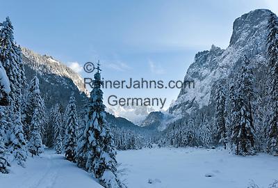Austria, Upper Austria, Salzkammergut, Gosau: winter scenery at Gosau Lake with Dachstein mountains and summit Hoher Dachstein   Oesterreich, Oberoesterreich, Salzkammergut, Gosau: Winterlandschaft am Gosausee mit Dachsteingruppe und Hoher Dachstein