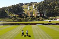 Bundestrainer Joachim Loew (Deutschland Germany) bespricht sich mit dem Trainerteam - Seefeld 31.05.2021: Trainingslager der Deutschen Nationalmannschaft zur EM-Vorbereitung