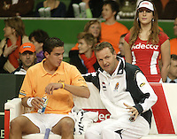 12-2-06, Netherlands, tennis, Amsterdam, Daviscup.Netherlands Russia, Jesse Huta Galung listens to the captain Tjerk Bogtstra on the Dutch bench