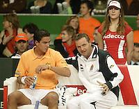 12-2-06, Netherlands, tennis, Amsterdam, Daviscup.Netherlands Russia, Jesse Huta Galung listens to the captain Tjerk Bogtstra on the Dutch bench