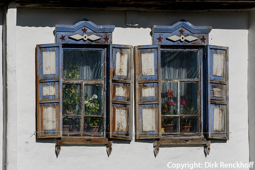 Holzhaus in Dorf nördlich des  Issyk Kul See, Kirgistan, Asien<br /> wooden house in village north of of Issyk Kul Lake, Kirgistan, Asia