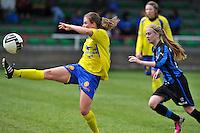 Club Brugge Dames - STVV Sint Truidense VV : Marlies Verbruggen aan de bal voor Silke Demeyere (r).foto DAVID CATRY / Nikonpro.be