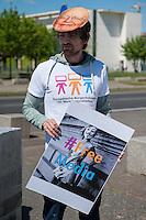 """Zum Tag der Pressefreiheit, am Samstag den 3. Mai 2014, hat die Europaeische Buergerinitiative fuer Medienpluralismus vor dem Bundeskanzleramt eine Kundgebung fuer Pressefreiheit und Medienpluralismus abgehalten.<br />Mit der Aktion sollte an die Notwendigkeit der Presse- und Meinungsfreiheit in Deutschland und Europa erinnert werden. """"Ohne freie Medien kann es keine wirkliche Demokratie geben"""" so eine Sprecherin der Initiative.<br />In Deutschland wird die Kampagne unter anderem unterstuetzt vom Deutschen Journalisten-Verband (DJV), der Deutschen Journalistinnen- und Journalisten-Union (DJU) in ver.di und dem Netzwerk fuer Osteuropa-Berichterstattung (n-ost). Die Initiative hat das Ziel europaweit eine Millionen Unterschriften zu sammeln, um einen Gesetzgebungsentwurf fuer eine bessere Einhaltung der Medienpluralitaet, der Presse- sowie der Meinungsfreiheit an die EU-Kommission zu stellen.<br />Im Bild: Ein Kundgebungsteilnehmer traegt eine Maske mit dem Gesicht des Medienmogul Rupert Murdoch.<br />3.5.2014, Berlin<br />Copyright: Christian-Ditsch.de<br />[Inhaltsveraendernde Manipulation des Fotos nur nach ausdruecklicher Genehmigung des Fotografen. Vereinbarungen ueber Abtretung von Persoenlichkeitsrechten/Model Release der abgebildeten Person/Personen liegen nicht vor. NO MODEL RELEASE! Don't publish without copyright Christian-Ditsch.de, Veroeffentlichung nur mit Fotografennennung, sowie gegen Honorar, MwSt. und Beleg. Konto: I N G - D i B a, IBAN DE58500105175400192269, BIC INGDDEFFXXX, Kontakt: post@christian-ditsch.de]"""
