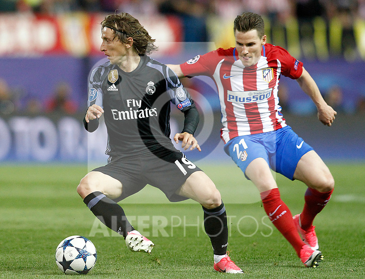 Atletico de Madrid's Kevin Gameiro (r) and Real Madrid's Luka Modric during Champions League 2016/2017 Semi-finals 2nd leg match. May 10,2017. (ALTERPHOTOS/Acero)
