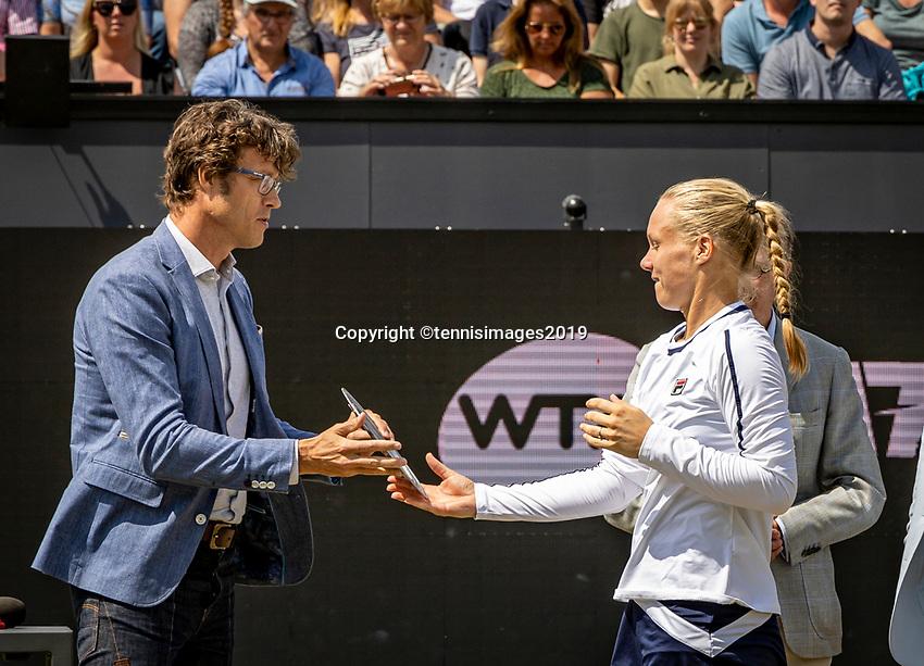 Rosmalen, Netherlands, 16 June, 2019, Tennis, Libema Open, Kiki Bertens (NED) receives the runner up trophy from KNLTB Chairman Roger Davids<br /> Photo: Henk Koster/tennisimages.com
