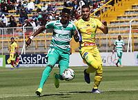 BOGOTÁ - COLOMBIA, 26-01-2019:Hansel Zapata (Izq.) jugador de La Equidad  disputa el balón con Michael lopez(Der.) jugador del  Atlético Huila durante partido por la fecha 1 de la Liga Águila I 2019 jugado en el estadio Metropolitano  Huila during the mde Techo de la ciudad de Bogotá. /Hansel Zapata (L) player of La Equidad fights the ball  against of Michael lopez (R) player of Atletico Huila during match  for the date 1 of the Liga Aguila I 2019 played at the Metroplitano de Techo  stadium in Bogota city. Photo: VizzorImage / Felipe Caicedo / Staff.