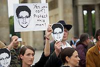 Mitglieder der Protestpartei Piraten, des Chaos Computer Club und verschiedener Friedensgruppen versammelten sich am Donnerstag den 4. Juli 2013 in Berlin vor dem Brandenburger Tor zu einer Solidaritaetskundgebung fuer den US-Whistleblower Edward Snowden. Sie forderten, dass Snowden in Deutschland Asyl gewaehrt werden soll.<br />Rechts: Cornelia Otto, Die Piraten.<br />4.7.2013, Berlin<br />Copyright: Christian-Ditsch.de<br />[Inhaltsveraendernde Manipulation des Fotos nur nach ausdruecklicher Genehmigung des Fotografen. Vereinbarungen ueber Abtretung von Persoenlichkeitsrechten/Model Release der abgebildeten Person/Personen liegen nicht vor. NO MODEL RELEASE! Don't publish without copyright Christian-Ditsch.de, Veroeffentlichung nur mit Fotografennennung, sowie gegen Honorar, MwSt. und Beleg. Konto:, I N G - D i B a, IBAN DE58500105175400192269, BIC INGDDEFFXXX, Kontakt: post@christian-ditsch.de<br />Urhebervermerk wird gemaess Paragraph 13 UHG verlangt.]